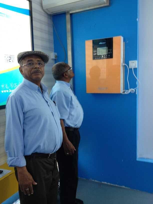霍尔科技南非客户在观察产品运作